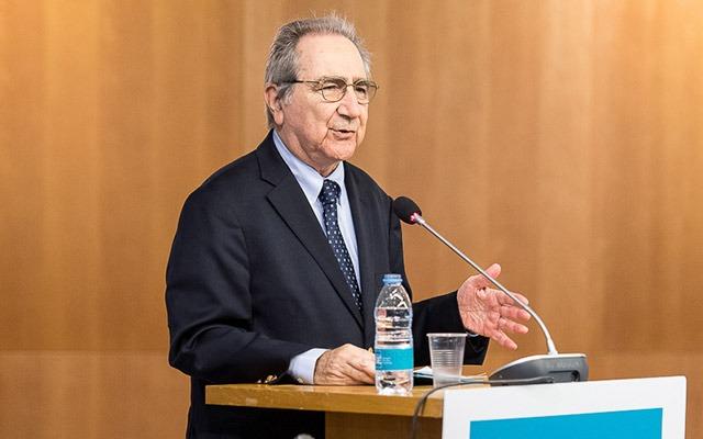 Hugo Sonnenschein delivering a speech in Barcelona